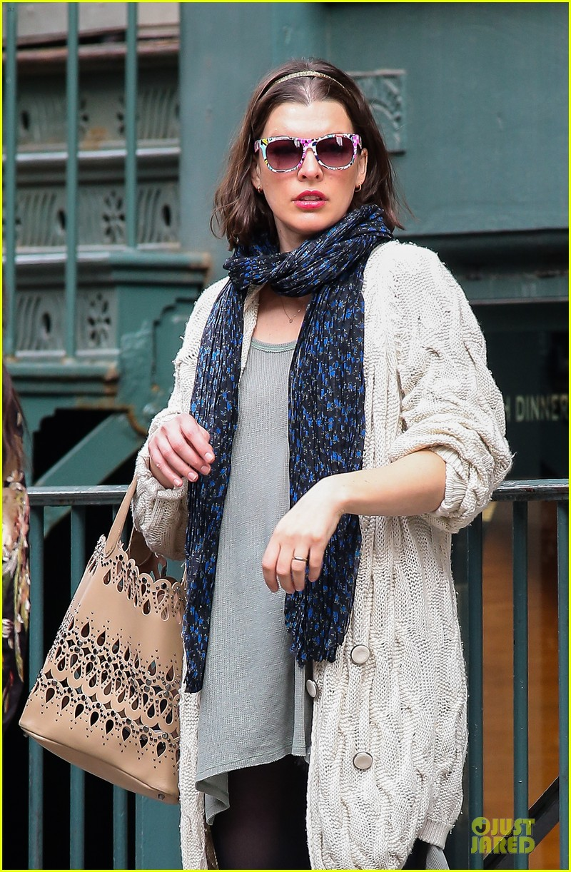 milla jovovich shows us how to wear a cool pair of sunglasses 023083189