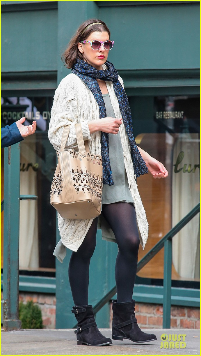 milla jovovich shows us how to wear a cool pair of sunglasses 053083192