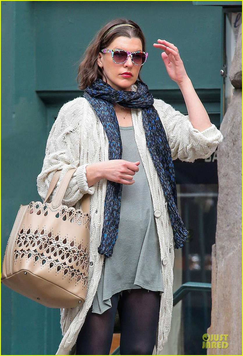 milla jovovich shows us how to wear a cool pair of sunglasses 06