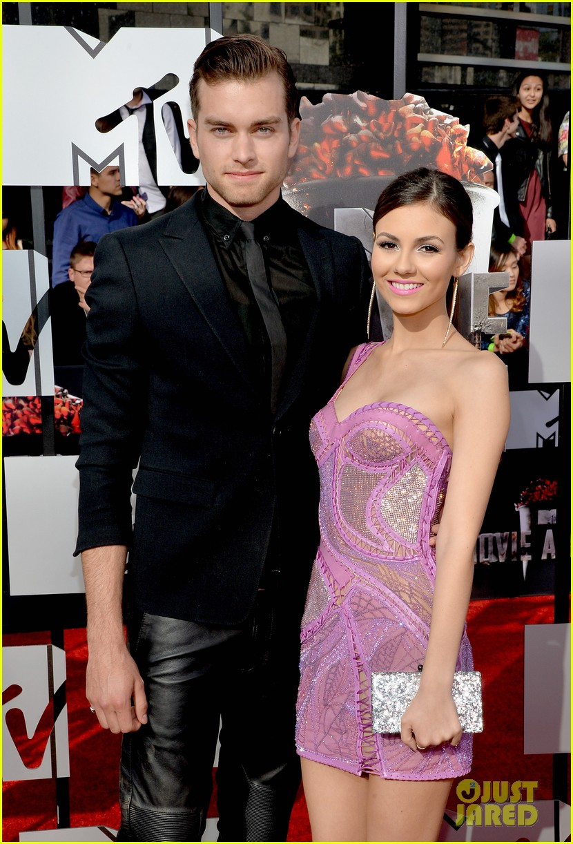 victoria justice works the red carpet alongside boyfriend pierson fode mtv movie awards 2014 043091150