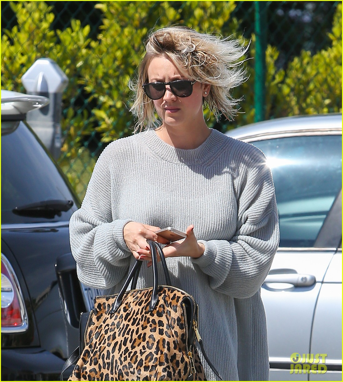 kaley cuoco chops hair even shorter debuts bob hairdo 133098119