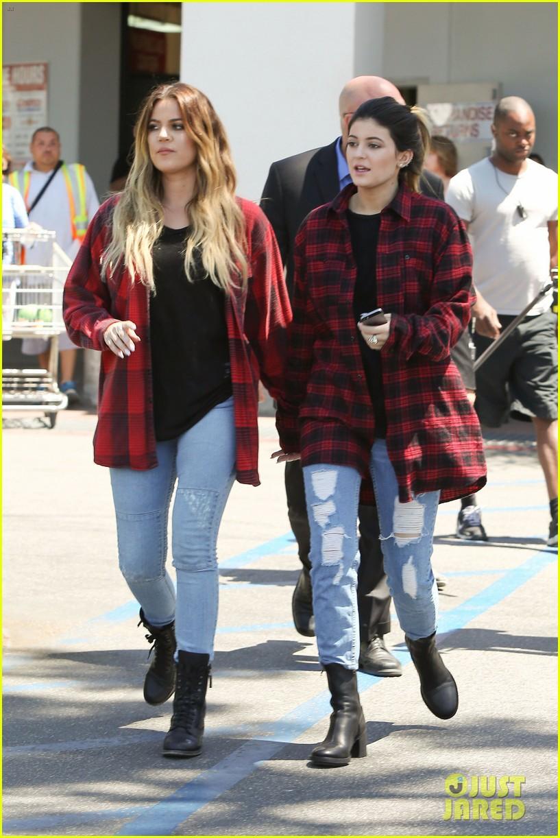 khloe kardashian kylie jenner basically wore the same outfit 013102183