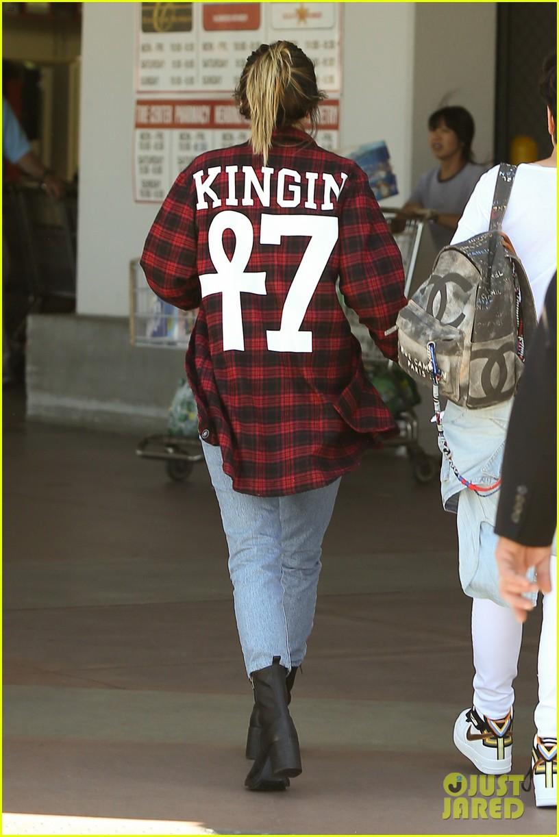 khloe kardashian kylie jenner basically wore the same outfit 053102187