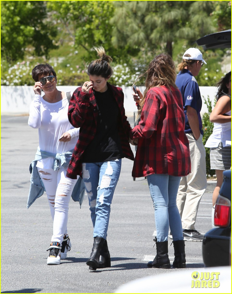 khloe kardashian kylie jenner basically wore the same outfit 063102188