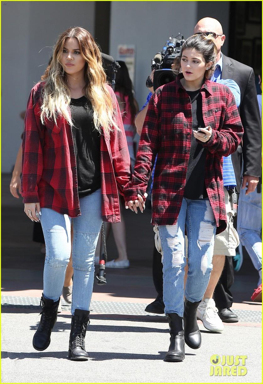 khloe kardashian kylie jenner basically wore the same outfit 153102197