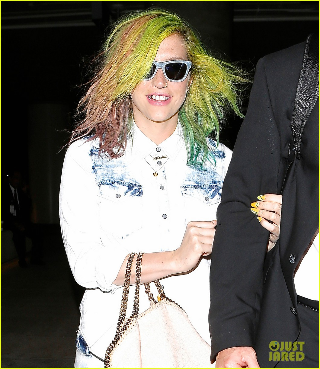 kesha happily departs from lax after attending coachella 033093759