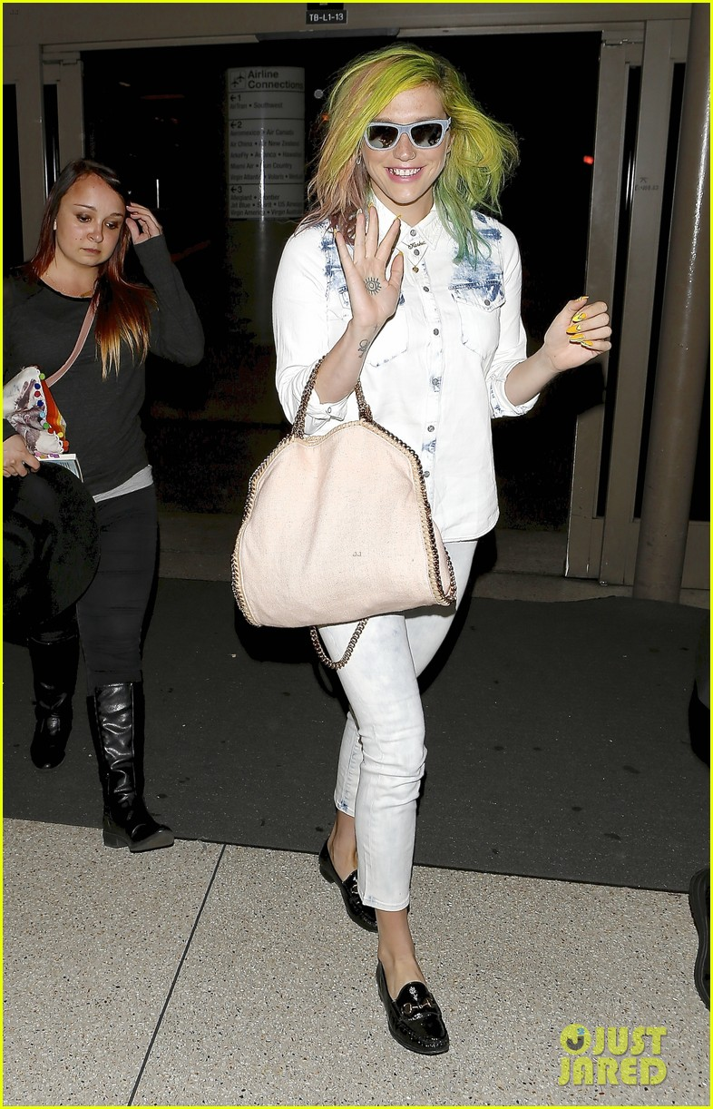 kesha happily departs from lax after attending coachella 043093760