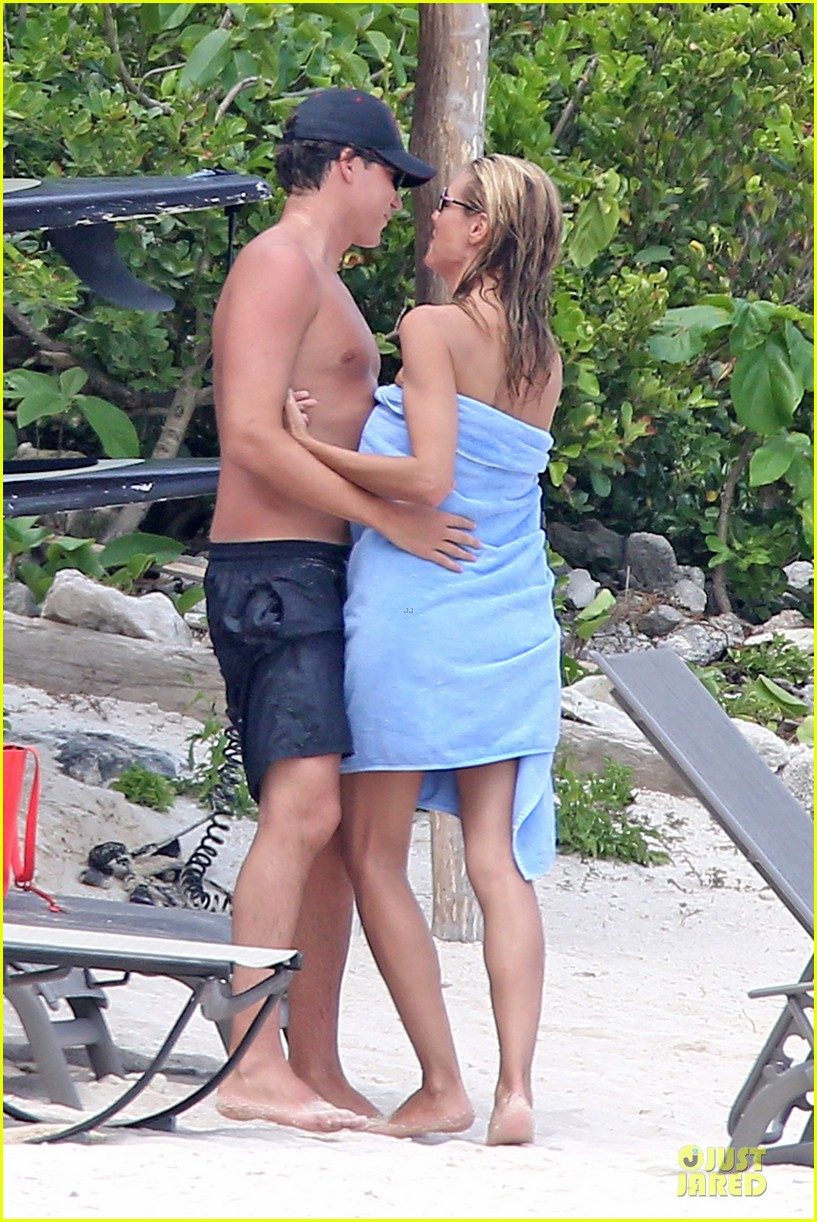 heidi klum continues topless vacation 073093632