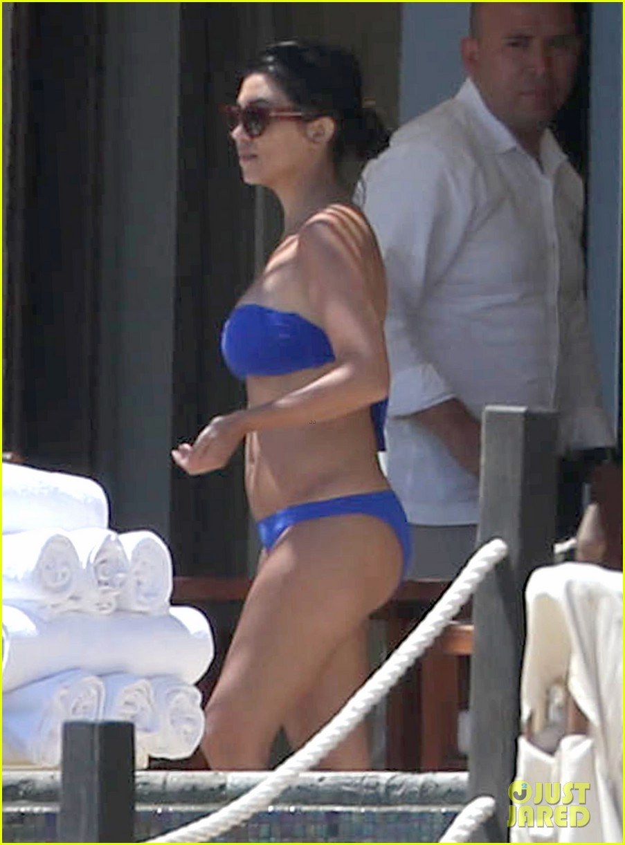 kourtney kardashian celebrates 35h birthday in bikini 083095325