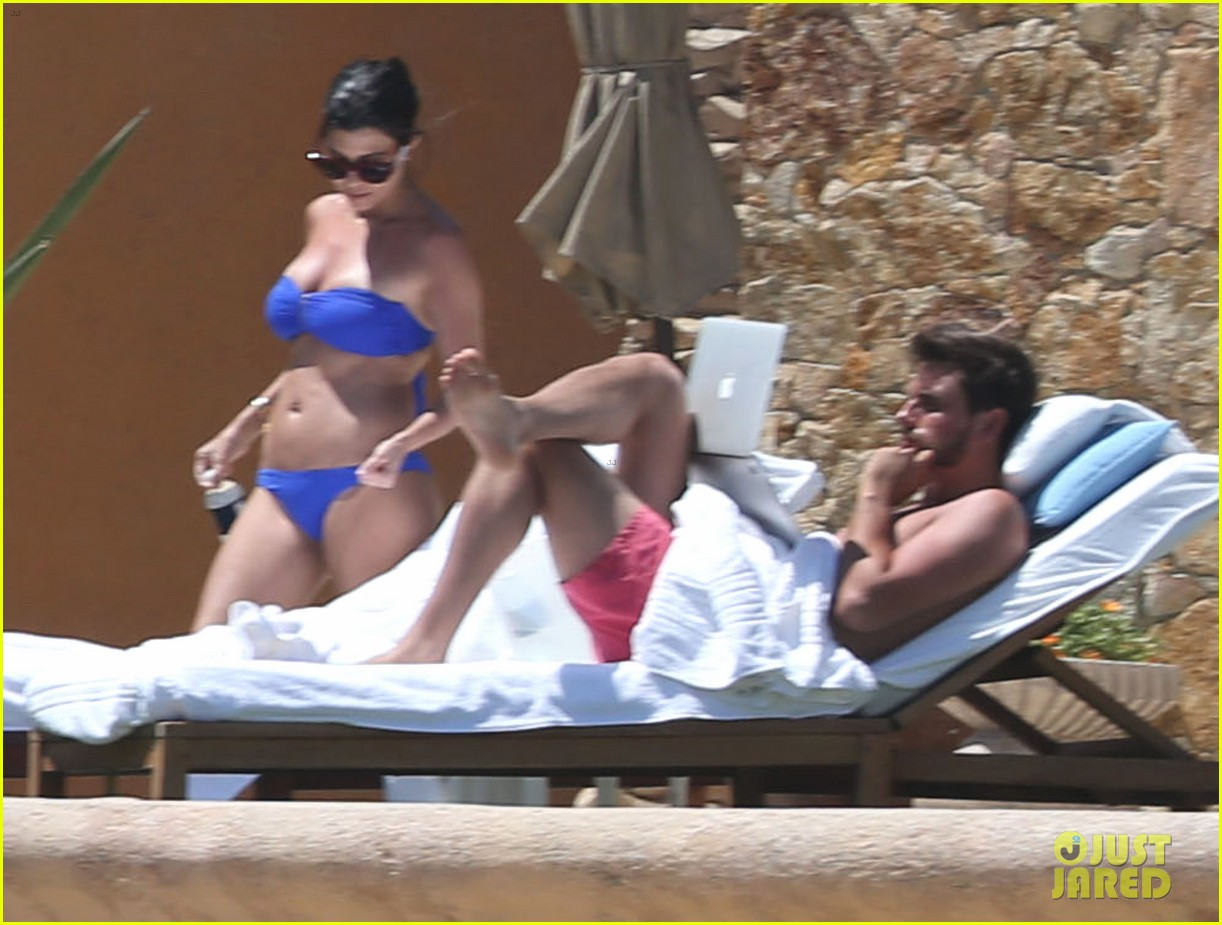 kourtney kardashian celebrates 35h birthday in bikini 10