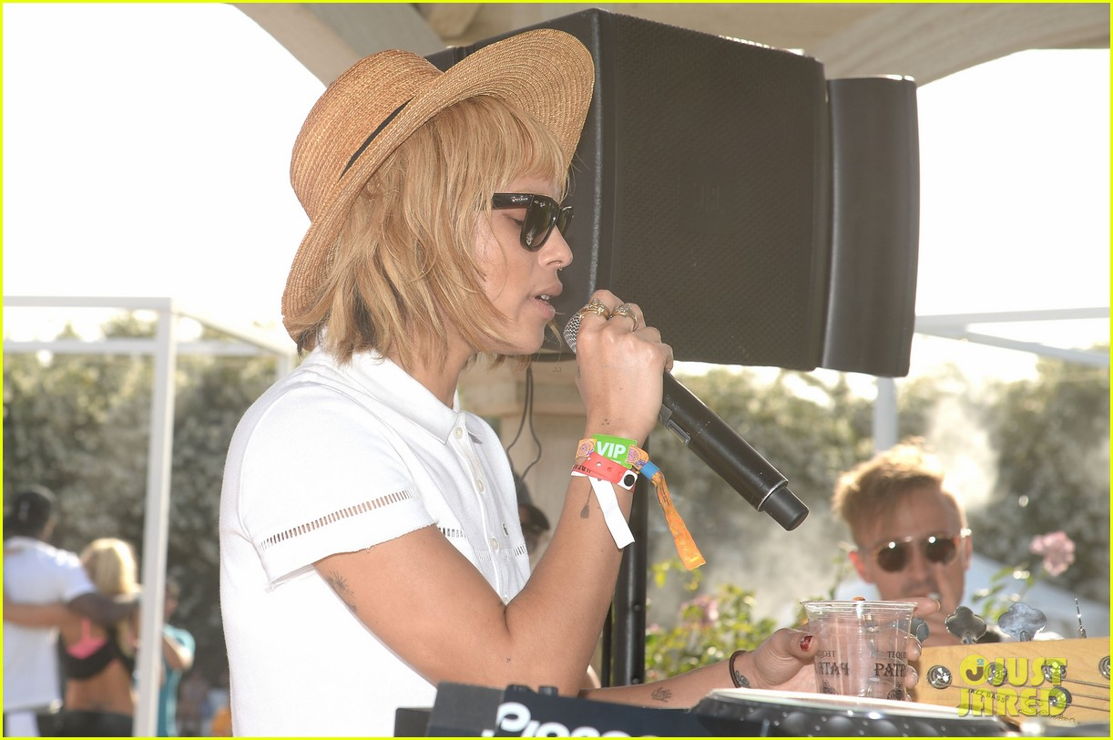 zoe kravitz lolawolfe take the mic at lacoste pool party 063091599