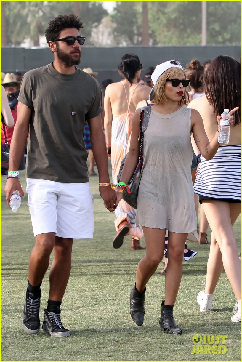 zoe kravitz holds hands with mystery man coachella 053090316