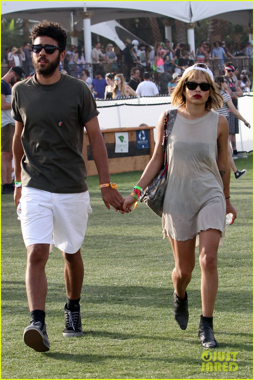zoe kravitz holds hands with mystery man coachella 093090320