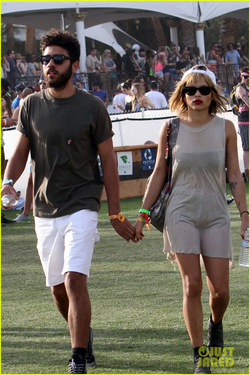 zoe kravitz holds hands with mystery man coachella 16