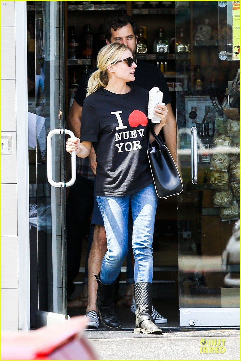diane kruger wears loose t shirt with joshua jackson 013087121