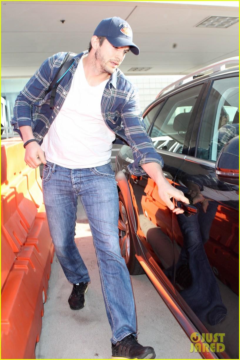 pregnant mila kunis ashton kutcher arrive home for easter 083095340