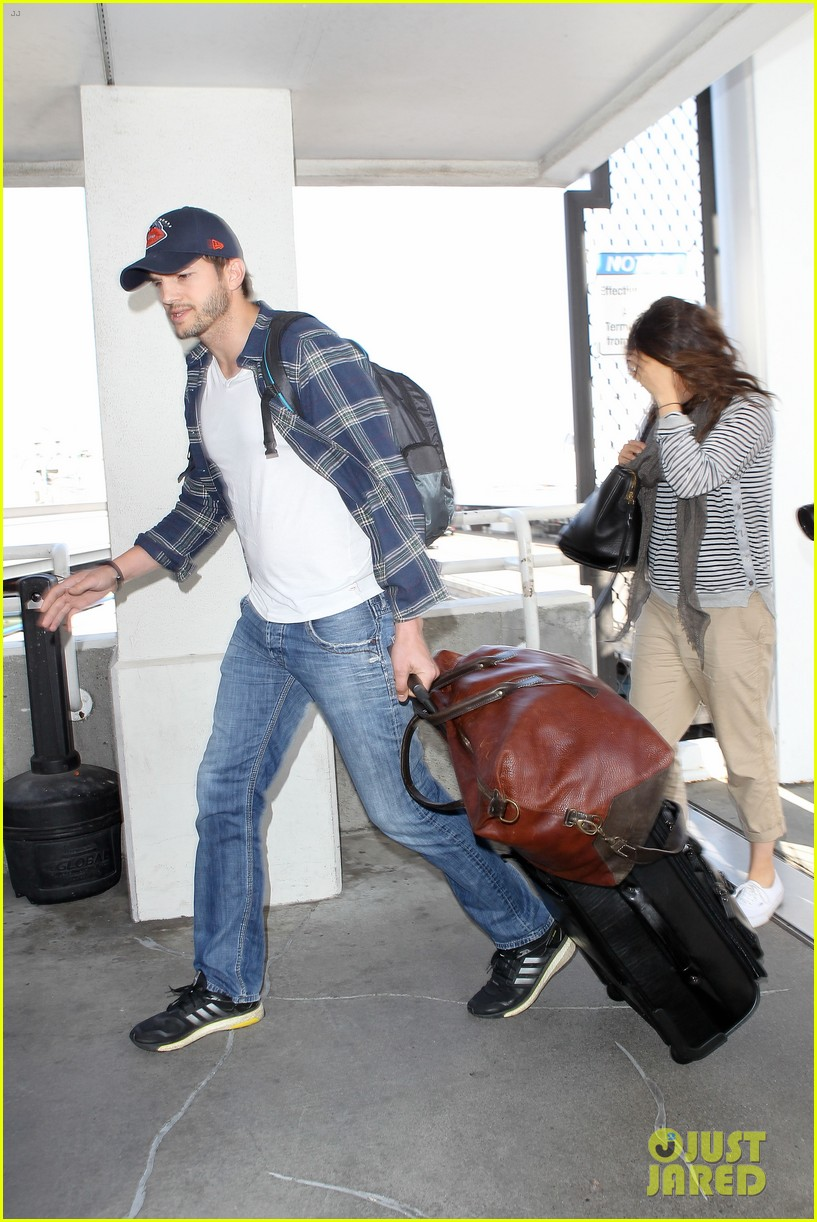 pregnant mila kunis ashton kutcher arrive home for easter 143095346