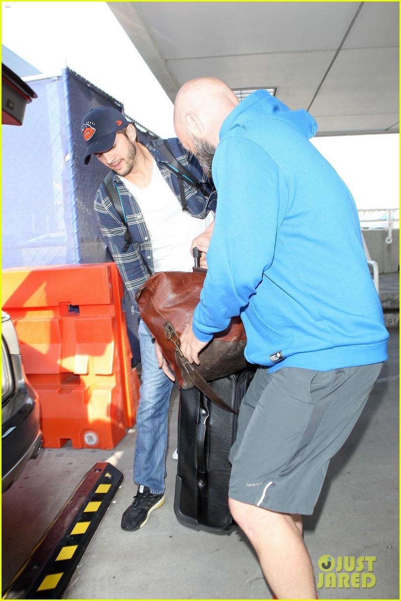pregnant mila kunis ashton kutcher arrive home for easter 163095348