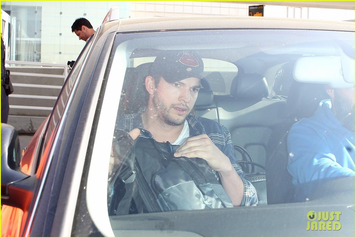pregnant mila kunis ashton kutcher arrive home for easter 183095350