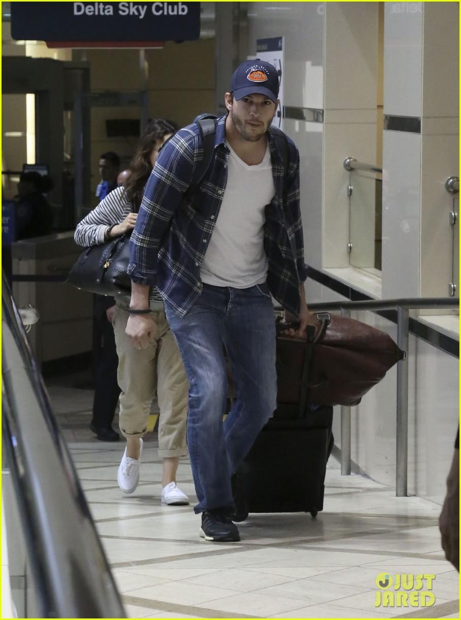 pregnant mila kunis ashton kutcher arrive home for easter 213095353