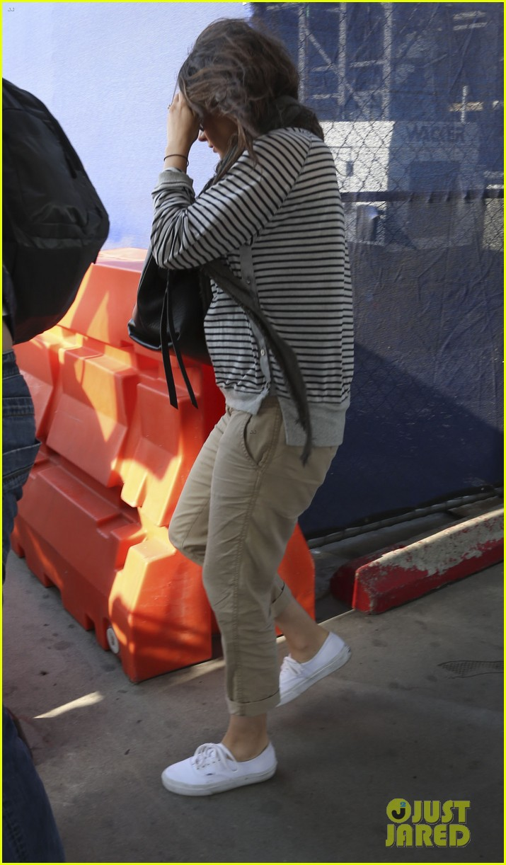 pregnant mila kunis ashton kutcher arrive home for easter 233095355