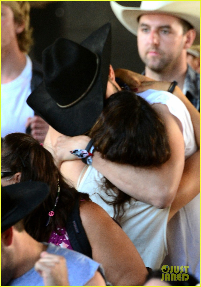 mila kunis reveals small baby bump in belly shirt packs on pda with ashton kutcher 023100534