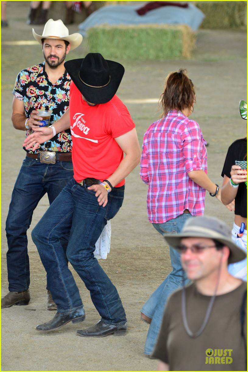 mila kunis ashton kutcher stagecoach festival 013099390