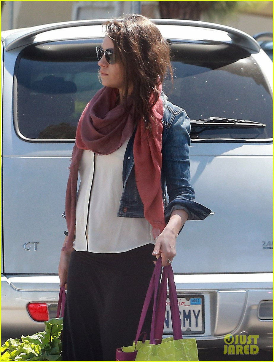 pregnant mila kunis shows off tiny baby bump 023086442