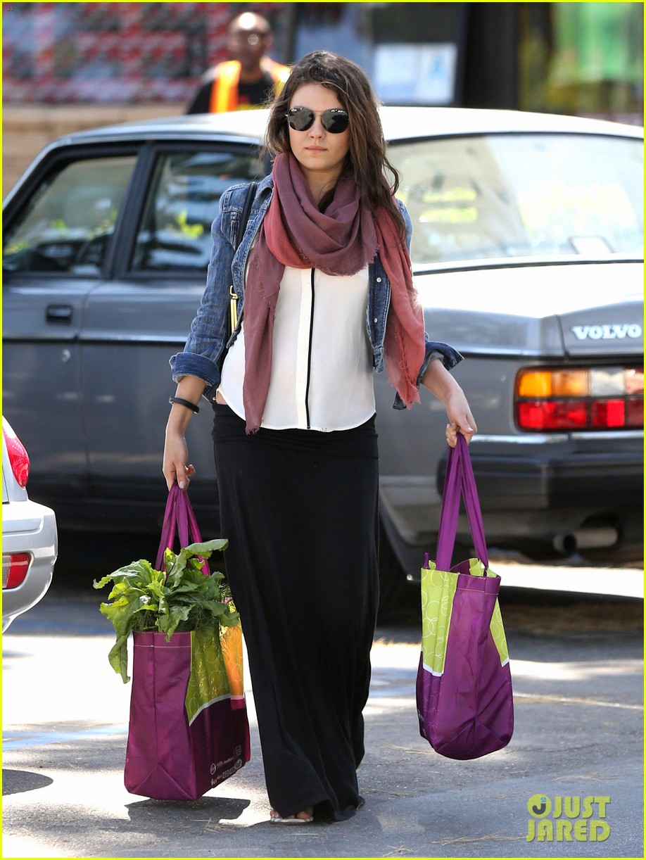 pregnant mila kunis shows off tiny baby bump 073086447