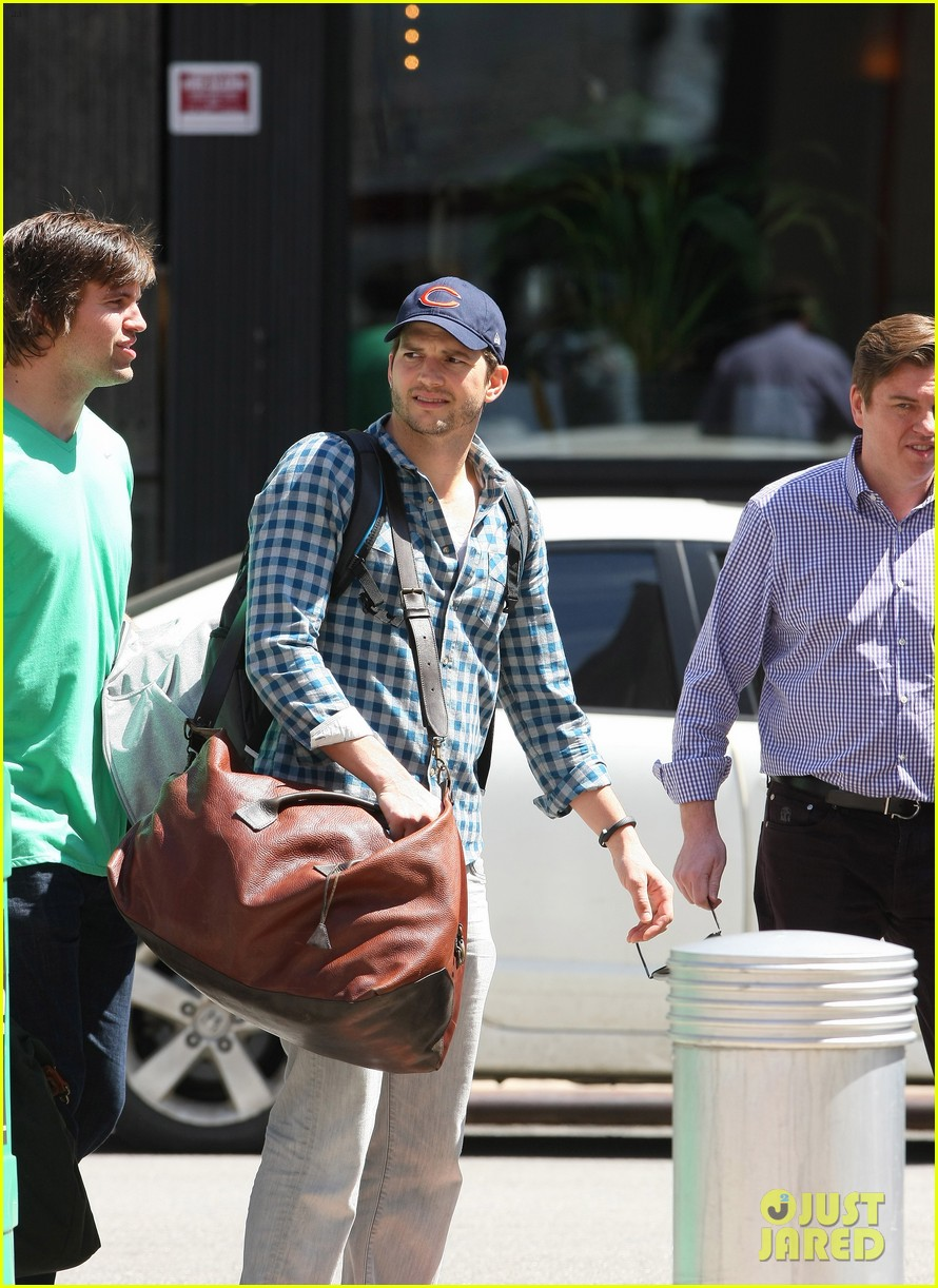 ashton kutcher flies home to pregnant fiancee mila kunis 043090697