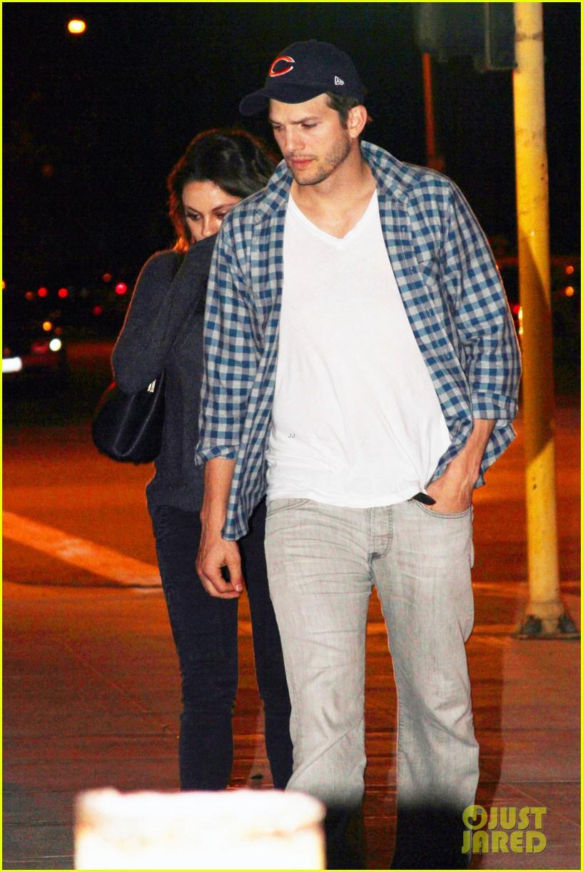 ashton kutcher flies home to pregnant fiancee mila kunis 053090698