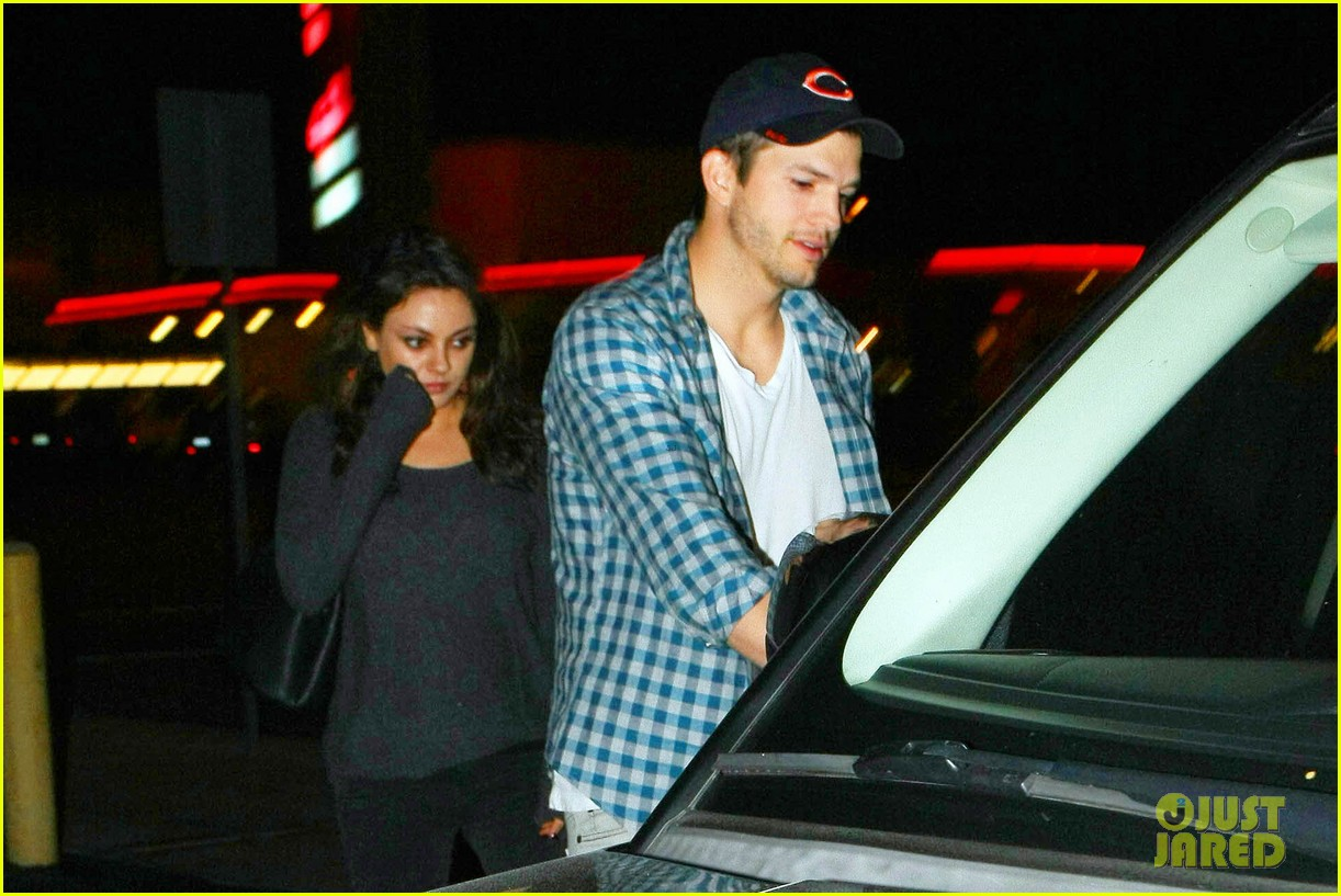 ashton kutcher flies home to pregnant fiancee mila kunis 063090699