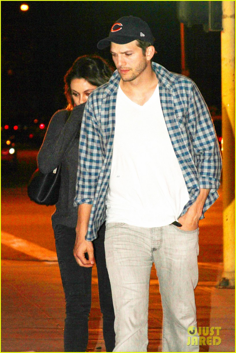 ashton kutcher flies home to pregnant fiancee mila kunis 073090700