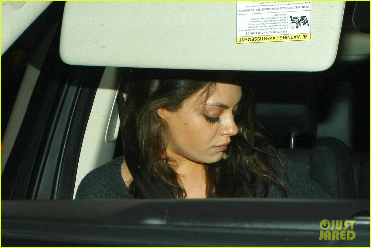 ashton kutcher flies home to pregnant fiancee mila kunis 193090712