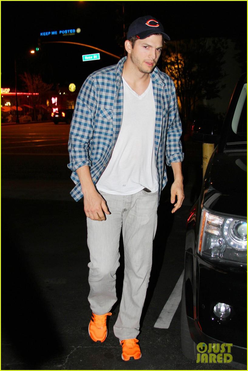 ashton kutcher flies home to pregnant fiancee mila kunis 203090713