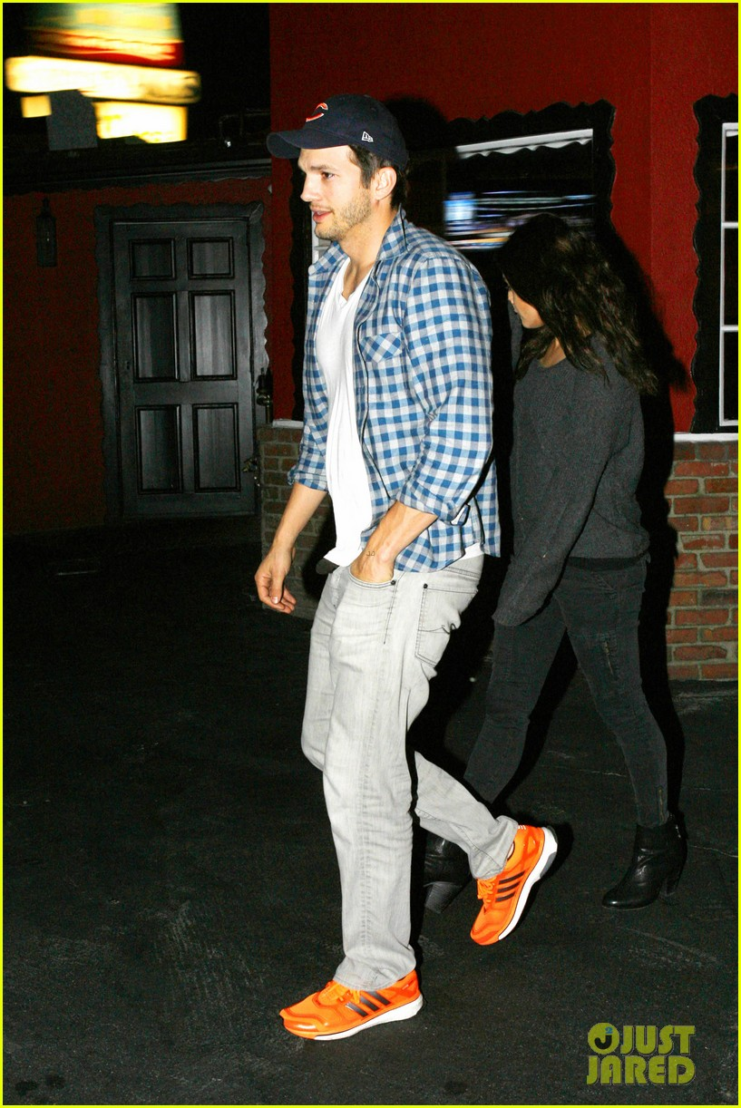 ashton kutcher flies home to pregnant fiancee mila kunis 223090715