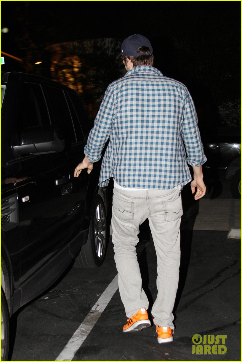 ashton kutcher flies home to pregnant fiancee mila kunis 283090721