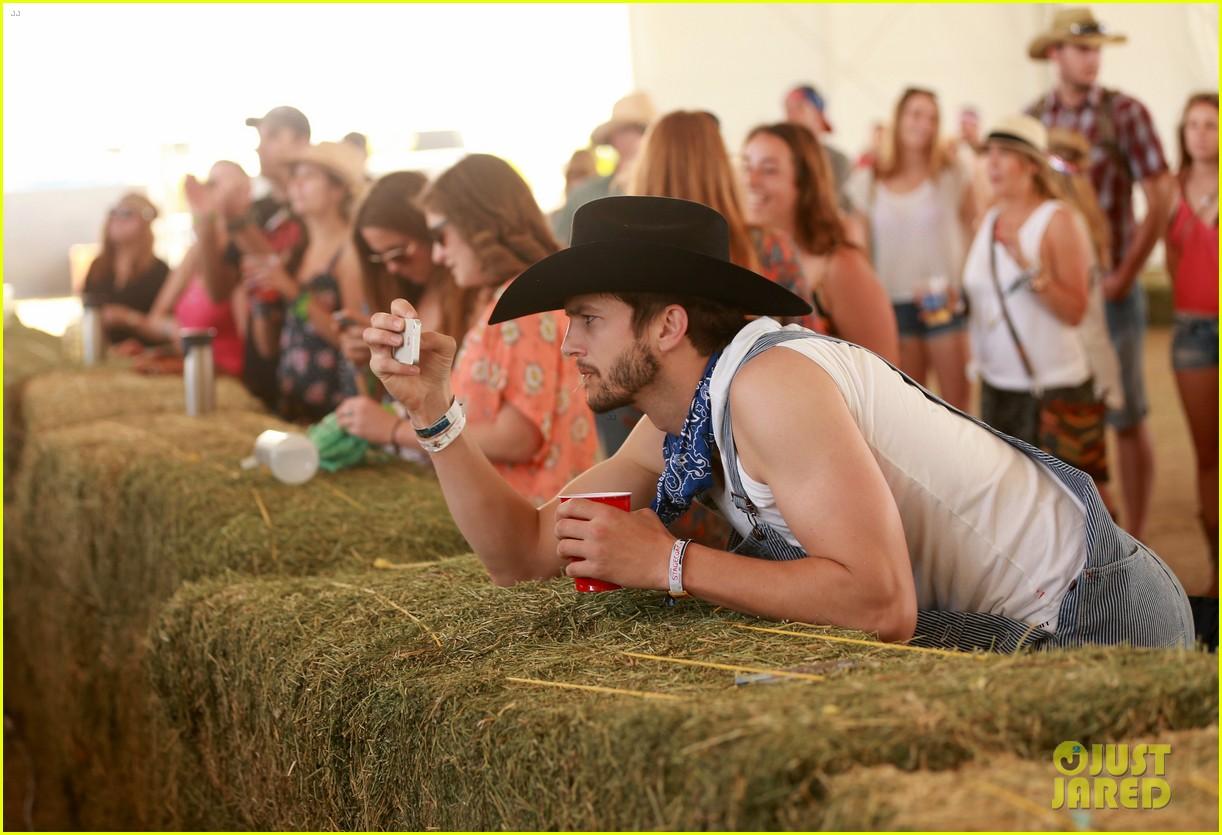 ashton kutcher hillbilly stagecoach festival pregnant mila kunis 083099935