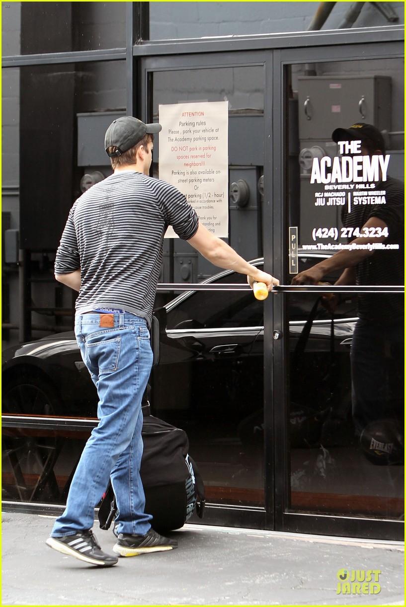 ashton kutcher test out body with jiu jitsu 083083642