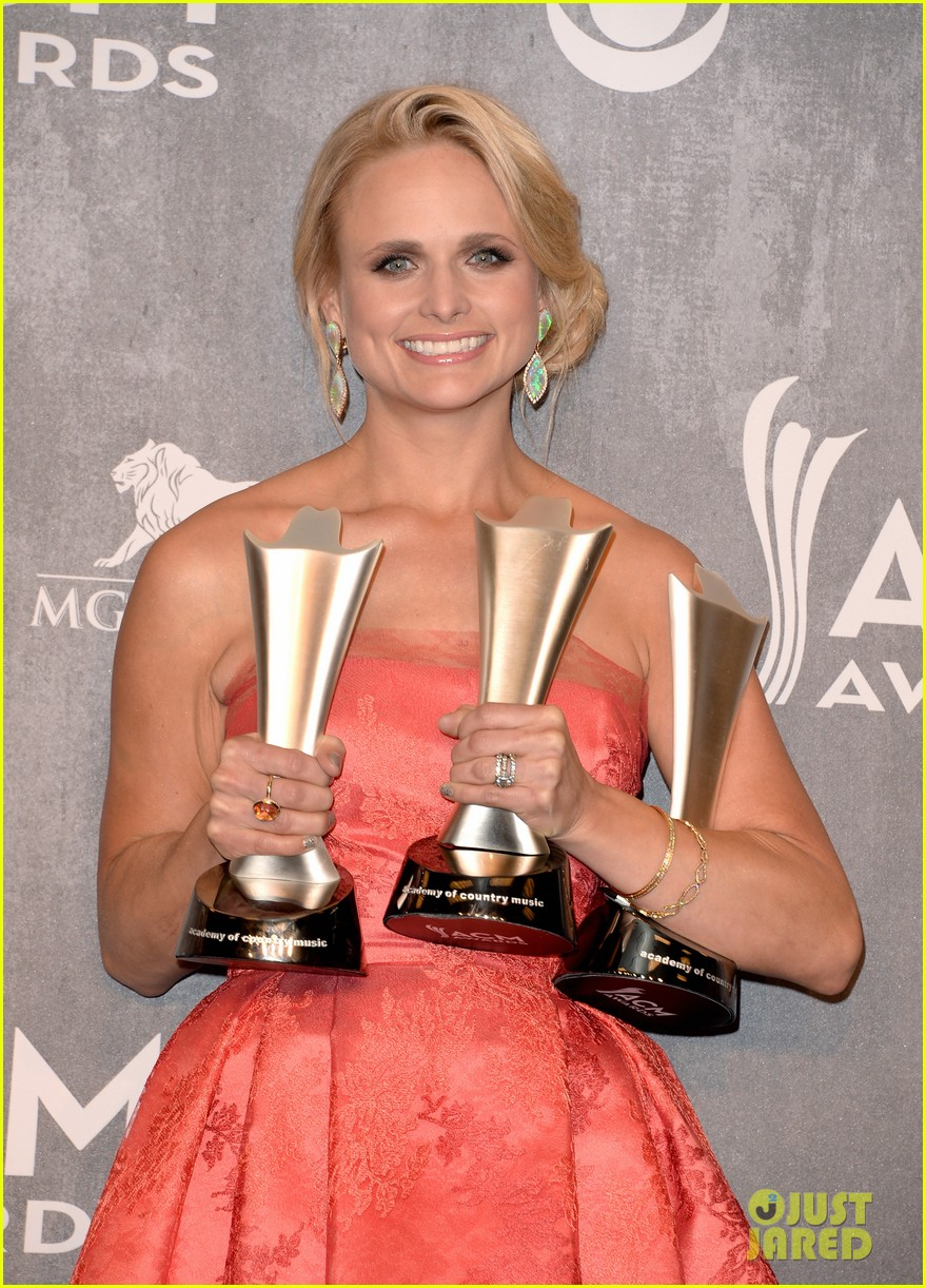 miranda lambert changes dresses to celebrate three wins at acm awards 2014 033086106