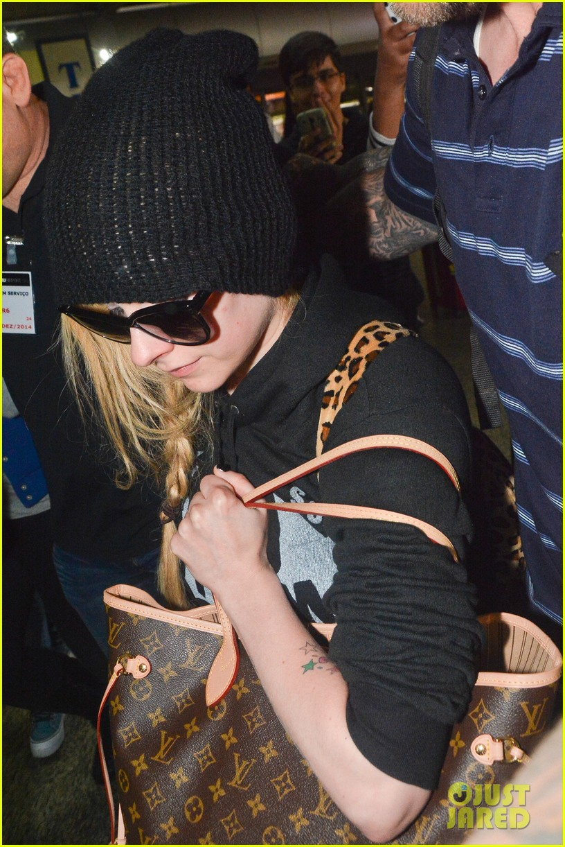 avril lavigne causes fan frenzy arriving at brazil 04