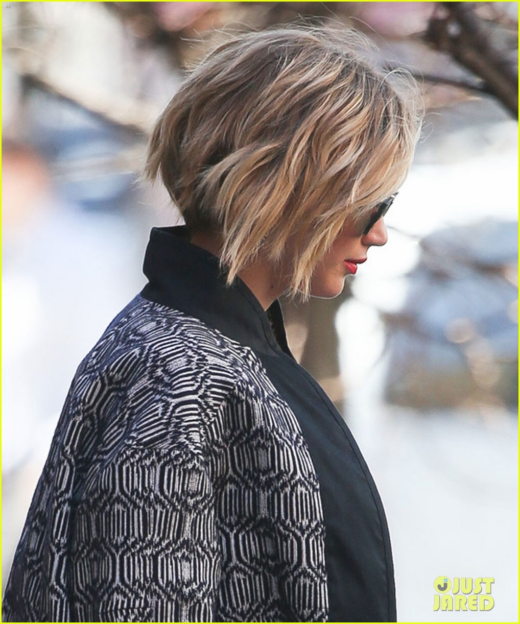 Jennifer Lawrence S Pixie Haircut Is Now Becoming A Short Bob