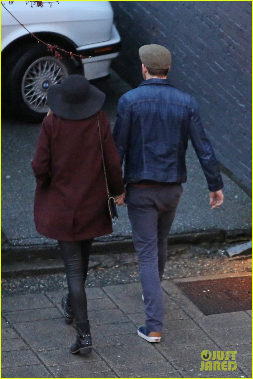 blake lively ryan reynolds hold hands most adorable couple 033086043