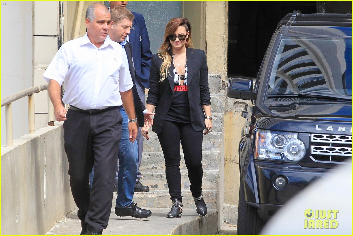 demi lovatos leg is shorter than before 283101364