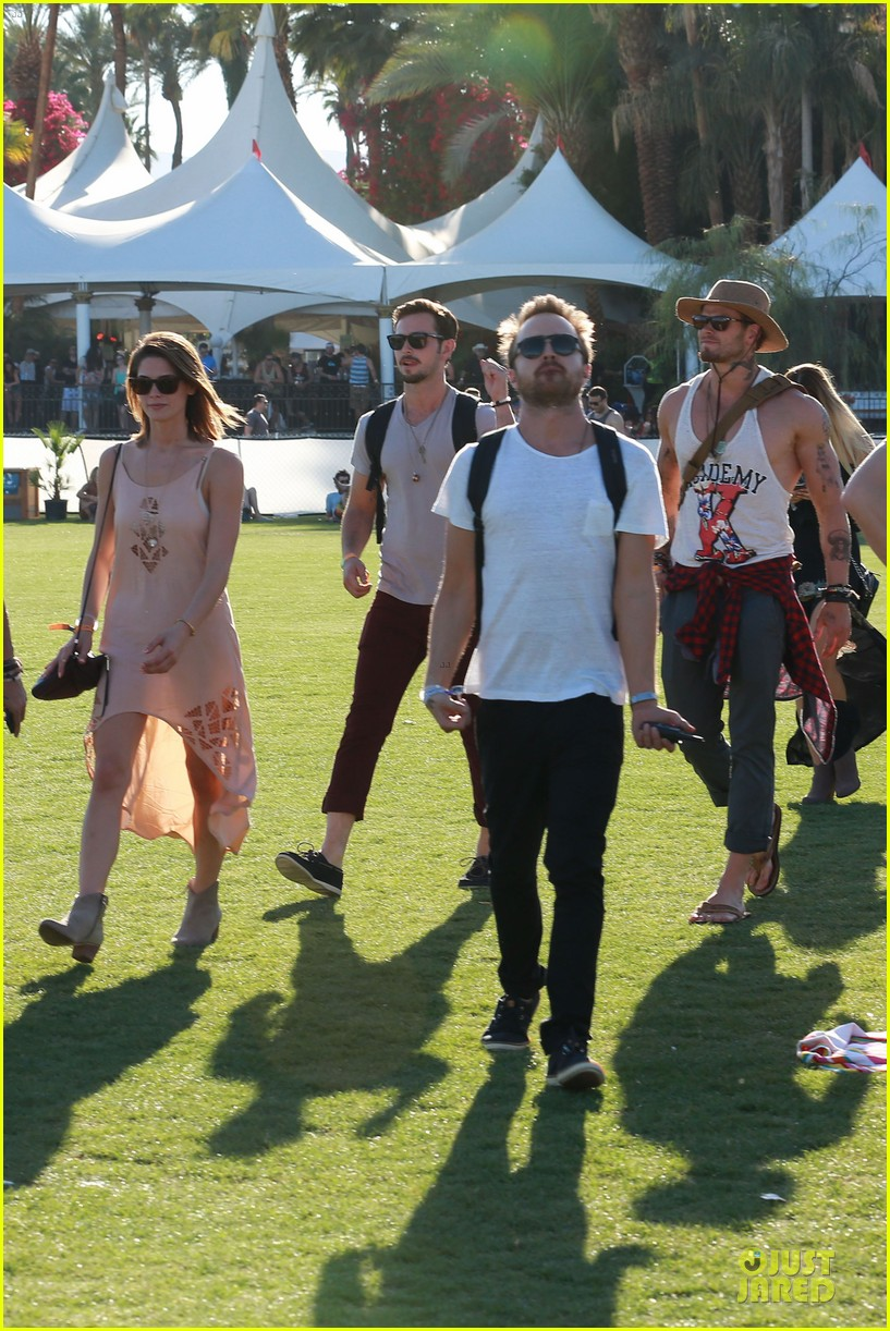 kellan lutz gun show at coachella 01