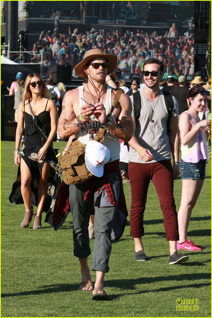 kellan lutz gun show at coachella 05