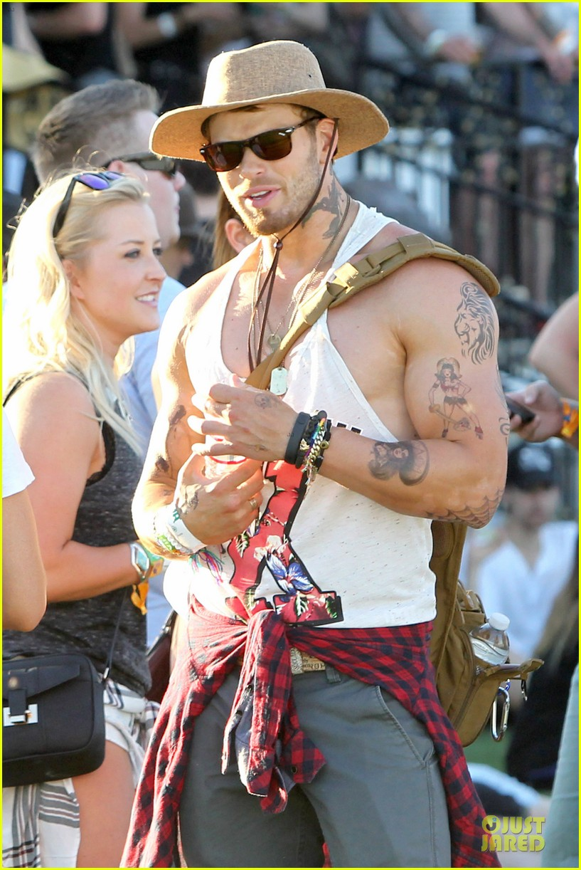 kellan lutz gun show at coachella 06