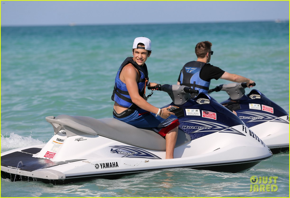austin mahone shirtless beachside selfies with fans 113085285