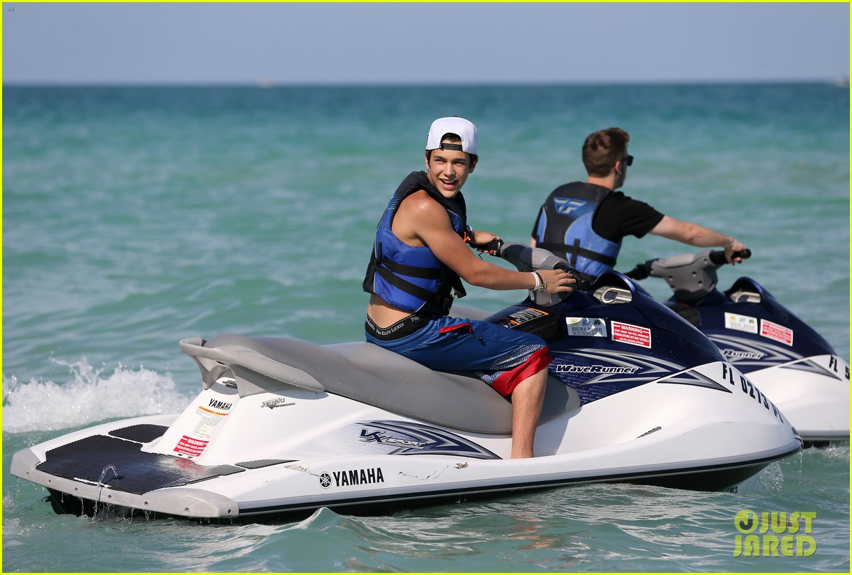austin mahone shirtless beachside selfies with fans 15