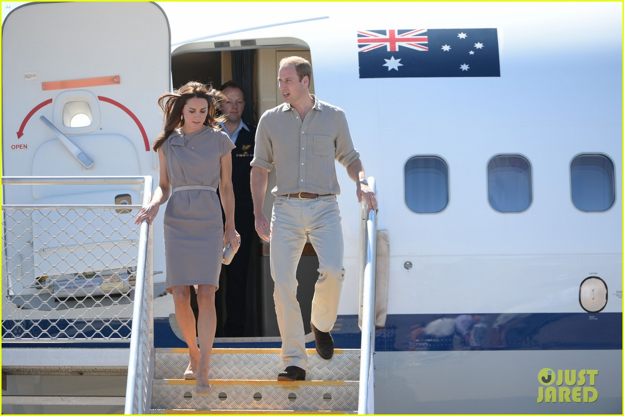 kate middleton dazzles in two dresses during visit to uluru with prince george 073096629